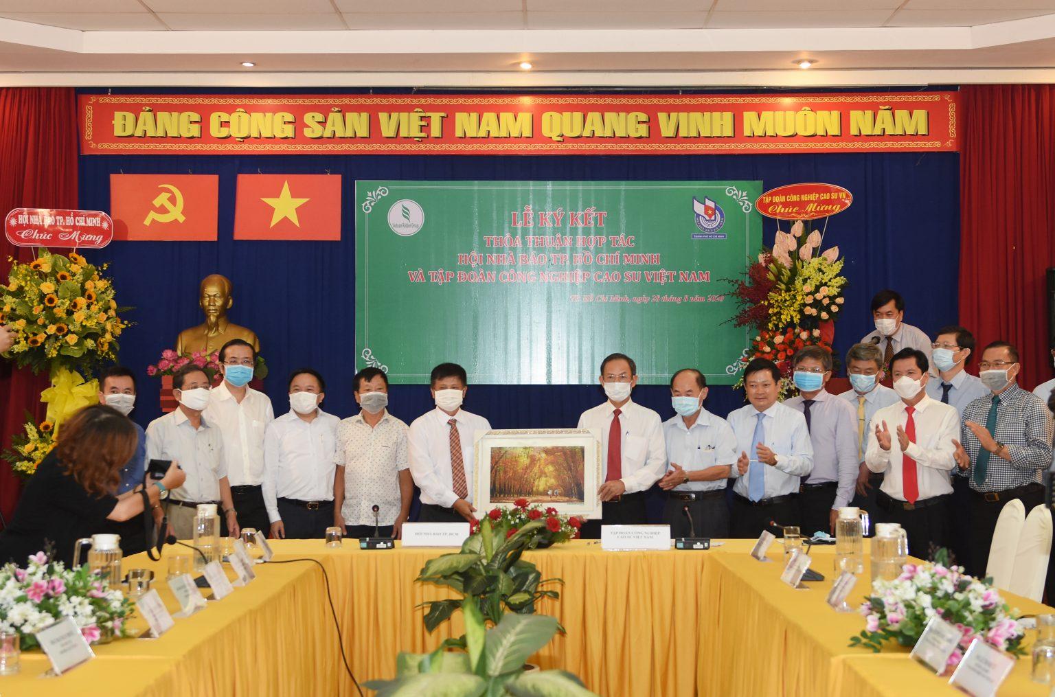 VRG ký kết chương trình hợp tác với Hội Nhà báo TP.HCM