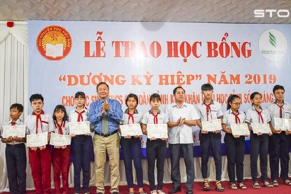 """Trao 240 suất học bổng """"Dương Kỳ Hiệp"""" cho học sinh nghèo hiếu học"""